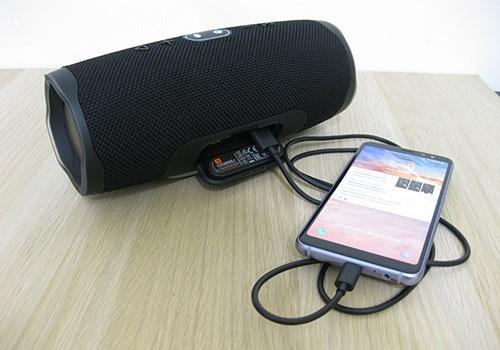 Dobíjanie telefónu počas prehrávania hudby