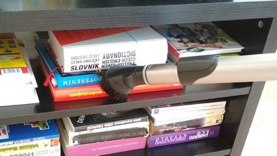 Hubica 3 v 1 na upratovanie prachu v knižnici