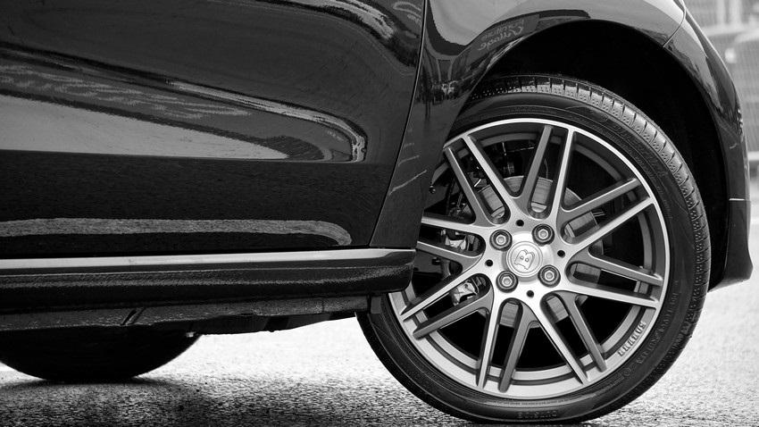 Ako vybrať pneumatiky, čierne auto