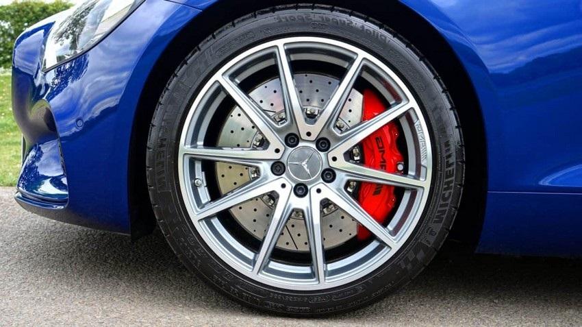 Ako vybrať pneumatiky, modrý mercedes