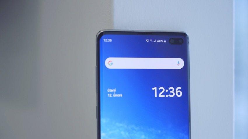Samsung Galaxy S10+ a predná duálna kamera