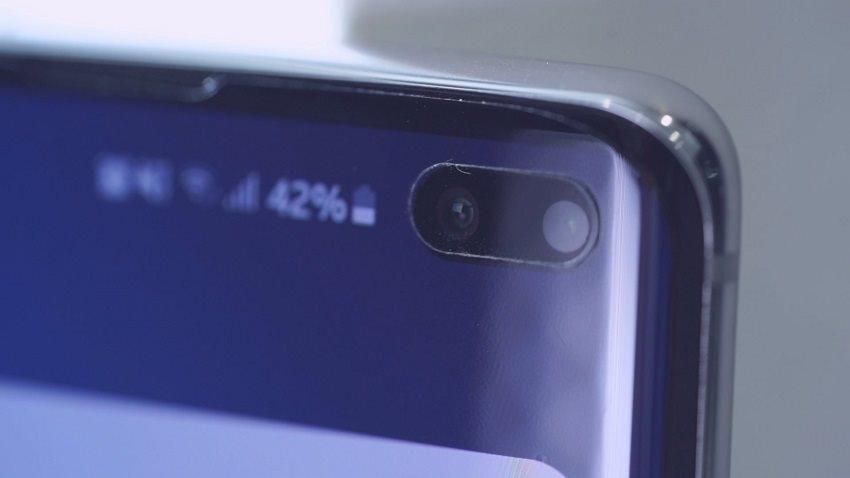 Detail prednej kamery Samsung Galaxy S10+